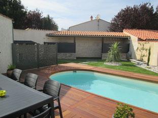 séparateur de zones dans le jardin : ici établi une séparation entre la maison et la piscine.