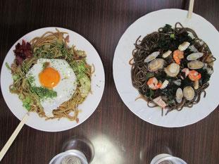 左が王道!横手焼きそば☆右がイカスミ麺&海鮮