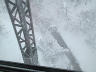 深い谷の奥まで、雪。田沢湖駅付近