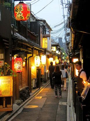 In Kyoto's Altstadt gibt es gemütliche Gassen zum Bummeln und gut Essen.