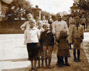 Sickinger Jugend vor dem Tor zum Schlossgarten gegen Ende der 1930 er Jahre. Wenn wir das Bild letztes Jahr gehabt hätten, es wäre im Ortsfamilienalbum Sickingen aufgenommen worden.
