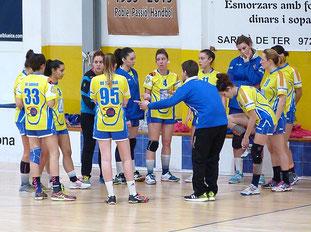 Martí Muntada amb l'equip en un temps mort.