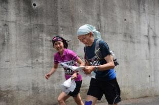 熱海の坂を駆け登るリーダー村越と田島 photo by フォトロゲイニングNIPPON