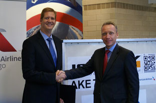 AA Cargo's Jim Butler (left) and Carsten Hernig of Jettainer seal the ULD deal  /  source: JT