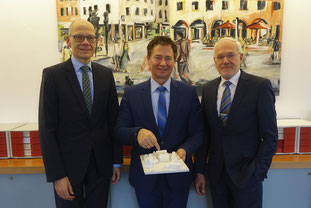 Prof. Dr. Niels Oberbeck, Oberbürgermeister Thomas Thumann, Prof. Dr. Michael Braun (von links)  Foto: Stephan Dierlamm/Stadt Neumarkt