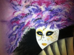 Venezianische Maske mit violetten Federn als Kopfschmuck. Gemalt mit Pastellkreide