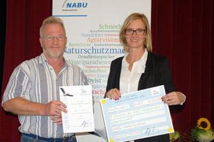 Foto: Ehrung der KGS Hambergen und des NABU Hambergen mit dem Dr. Fedor Strahl NABU-Jugendnaturschutzpreis 2016, Jürgen Röper (li), Inez Schierenberg (re);
