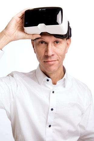 Visonär und Unternehmer Gerhard Schröder mit VR Brille - Videomarketing und Vertrieb - Außerdem Tanzlehrer, Tischler, Podcaster und Networker aus dem Ruhrgebiet