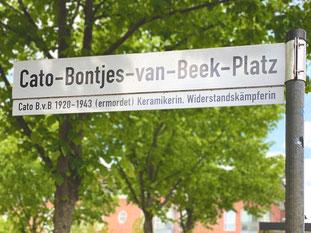 """Straßenschild """"Cato-Bontjes-van-Beek-Platz"""" in Bremen-Kattenturm, aufgestellt an der Seite der Theodor-Billroth-Straße in Höhe der Bushaltestelle """"Kattenturm-Mitte"""" (Foto: 05-2020, Jens Schmidt)"""