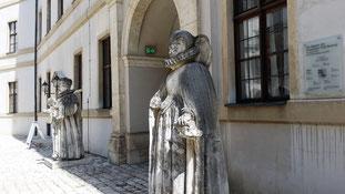 Schloss Neuburg an der Donau, Statuen von Pfalzgraf Ottheinrich und Susanna von Bayern vor dem Ostflügel