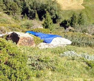 Schlafsack trocknen Sonne Stein unterwegs Grenze Italien Osterreich Alpen E5 Berge Wandern