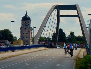 über die Donaubrücke hinein nach Vilshofen