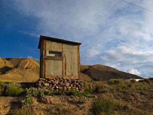 ein einfaches Wachhäuschen auf der kirgisischen Seite