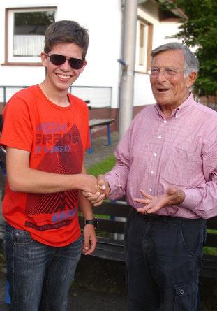 Fluglehrer Heinz Wagner gratuliert Jonas Weinrich zur B-Prüfung