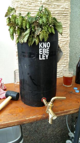 Bier vom Fass mit eigenem Logo: Der Fortschritt in der Knöbeler Wiesn-Tradition!