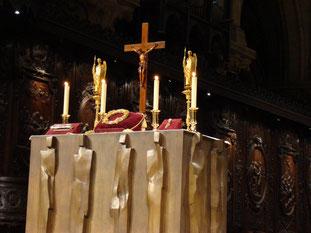 Présentation des reliques de la Passion du Christ la couronne d'épines, un clou et un fragment de la croix. TEMPLE DE PARIS