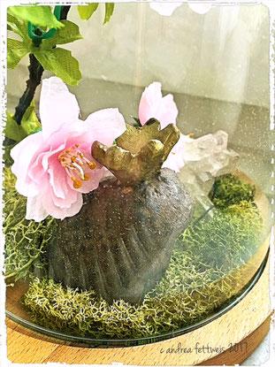 Unter der Haube: Frosch mit Blüten und Moos