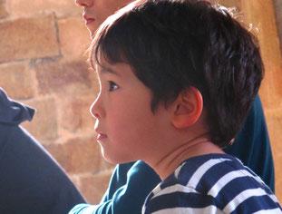 fasziniert folgte dieser kleine Junge dem Gottesdienst