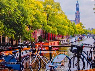 die Fahrräder beherrschen das Bild in Amsterdam