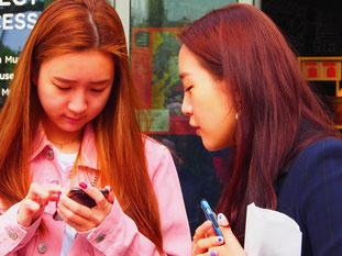 japanische Studentinnen entdecken Ihre Kultur in Europa