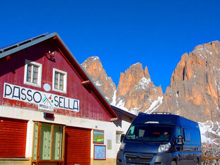die alte Pass-Station am Sella Joch