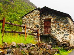 ein alter steingedeckter Stall
