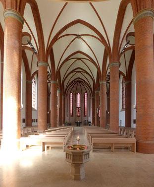 Foto der fertiggestellten Herz-Jesu-Kirche in Lübeck mit neuen schallabsorbierenden Bänken