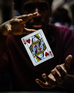 Ist das Ihre Karte? Mit Zaubertricks kann man auch heute noch die Menschen sehr faszinieren. Photo by Leo Cardelli from Pexels