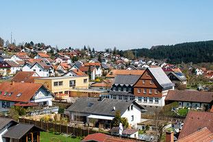 Die Grundschule inmitten des Dorfes Marbach