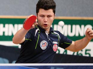 Mahdi Ahmadian von Baden mit unkonventioneller Schlägerhaltung aus europäischer Sicht. Foto: Österreichische Tischtennis Bundesliga / Franz Krestan
