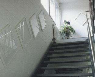 Bildaufhängung  im Treppenhaus