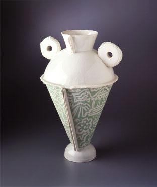 Stilisierte Amphore nach antikem Vorbild, aus Porzellan mit Dekors zu Wasser und Wein in Pinselmalerei und Scraffito auf dem Unterteil