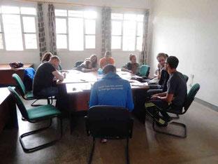 Im Seminarraum bei der Gruppenarbeit
