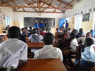 Im Klassenzimmer bei Tumaini