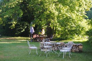 Le jardin devant la maison d'été