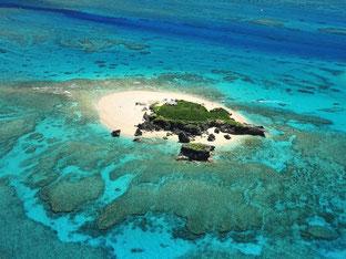 透明度の高い海に囲まれたコマカ無人島