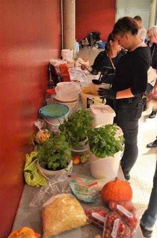 Foodsaver auf der Messe Bremen sammeln übrig gebliebene Lebensmittel ein