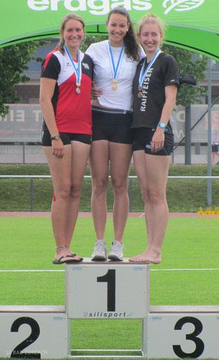 Leoni Neff (Mitte) Siegerin im Speer