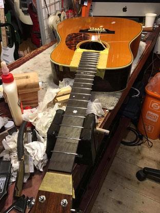 新しいステンレスフレットが打ちこまれたギターネック