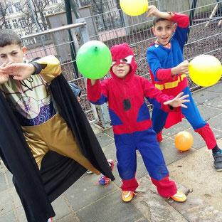 Die drei großen Buben beim Faschingsfest in der Schule, Februar 2016