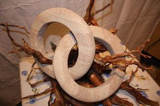 Trauringe aus Sandstein, aus einem Stück gehauen