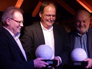 Der Gewinner Martin Möllerkies mit den beiden Trophäen