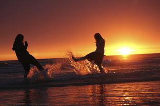 Wer aktiv wird, kann diesen Sommer noch zu Zweit einen Sonnenuntergang am Strand genießen.