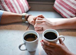 Erstes Date bei einer Tasse Kaffe. Doch wer soll zahlen?