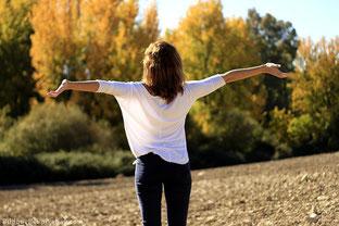 Frau die frei und glücklich ihr Leben genießt nachdem sie sich von dem Falschen getrennt hat.