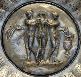 """«<a href=""""http://commons.wikimedia.org/wiki/File:Medallion_Graces_BM_GR1893.5-1.2.jpg#/media/File:Medallion_Graces_BM_GR1893.5-1.2.jpg"""">Medallion Graces BM GR1893.5-1.2</a>» por © Marie-Lan Nguyen/<a href=""""//commons.wikimedia.org/wiki/Main_Pag"""