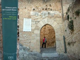 Puerta de Anibal, primera puerta del Castillo Menor, puerta gótica del siglo XV, antiguo solar de la Sam Ibérica y Setabis romana. Por aquí entro  el General Cartaginés Aníbal, y despues el general romano Scipión, durante la segunda Guerra Púnica