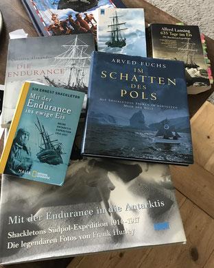 Es gibt zahlreiche Bücher über die Expedition.