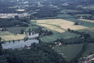 Die Rieselfelder Windel 1994 vor ihrer Neugestaltung. In der Bildmitte der ehemalige Hof Ortmann, heute Biostation und Infozentrum.
