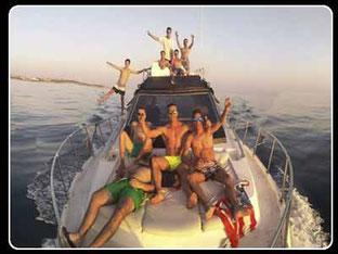 amigos de fiesta en barco Cadiz